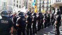 Els manifestants canten els Segadors davant del cordó de Mossos d'Esquadra