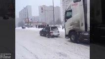 Der im Schnee steckende LKW half, mit einem kleinen Auto auszusteigen