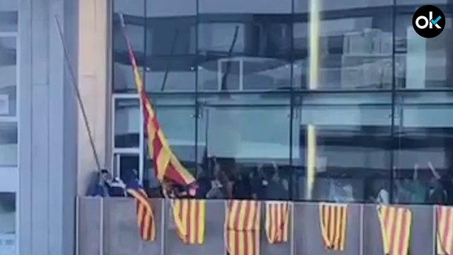 Los CDR descuelgan la bandera española y la sustituyen por la estelada en un edificio de la Generalitat en Gerona