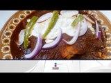 Receta para preparar enchiladas de pollo con papas y zanahorias en salsa de chile ancho y guajillo.