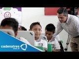 Peña Nieto entrega computadoras a niños de primaria en Tabasco