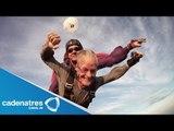 Hombre celebra cumpleaños 100 con brinco en paracaídas  (VIDEO)