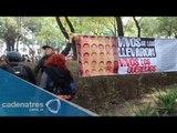 Manifestantes protestan frente a PGR; piden el regreso de normalistas desaparecidos