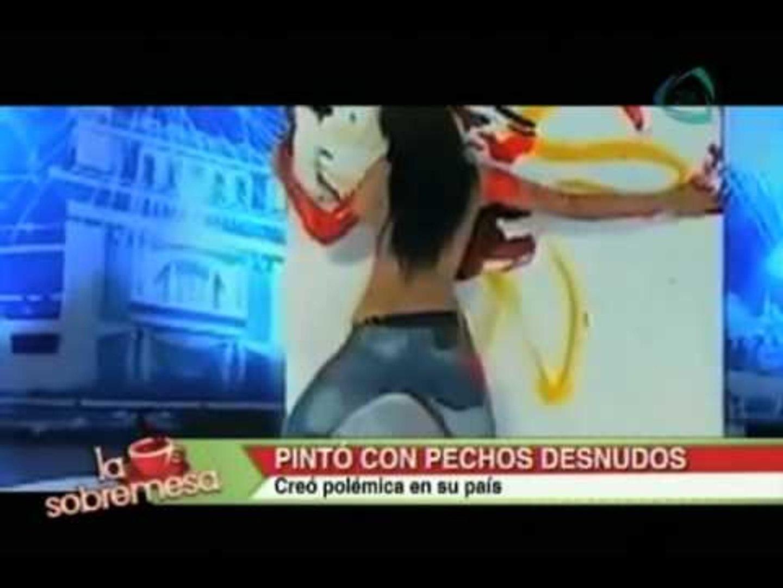 La sobremesa. Pinta óleos con sus pechos desnudos y crea polémica en su país