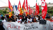 """Italie : manifestation de soutien au maire """"pro-migrants"""" de Riace"""