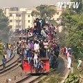 Les trains du Bangladesh envahit de personnes sur le toit chaque jour