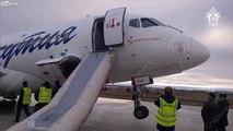 Cet avion perd son train d'atterrissage arrière sur une piste abimée !