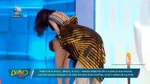 Une présentatrice en panique soulève sa jupe à cause d'une araignée
