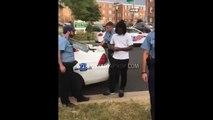 La police est obligée de rendre son arme à cet homme car il a un permis et ça fait bien rire ses potes