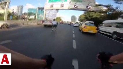 15 Temmuz Şehitler Köprüsü'nde patenli ve bisikletli gençlerin tehlikeli yolculuğu kamerada