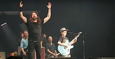 Foo Fighters : Enter Sandman / Metallica cover with 10 years old kid live