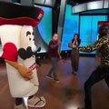 Deontay Wilder met KO une mascotte et lui pète la mâchoire !