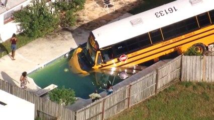 Ongeval schoolbus in zwembad