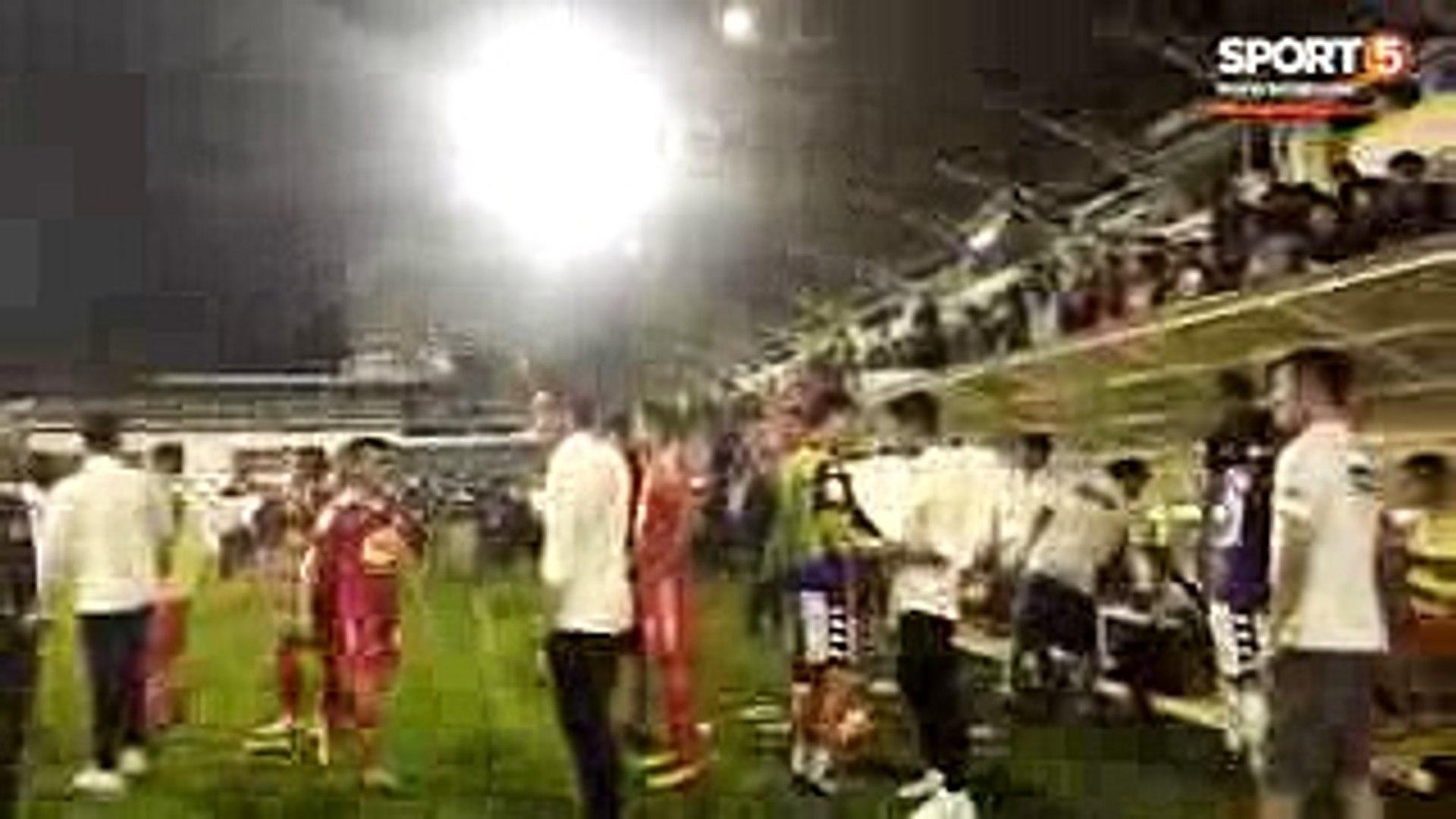 Xuân Trường diện sơ mi trắng động viên cầu thủ HAGL sau trận thua 3-5 trước Hà Nội FC