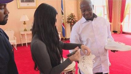 Kanye en Kim geven Oegandese president Yeezys