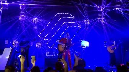 La chanteuse du groupe Hyphen Hyphen ivre lors d'un concert