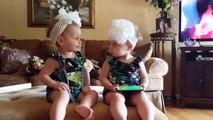 Quand d'adorables petites jumelles ne sont pas sur la même longueur d'onde...