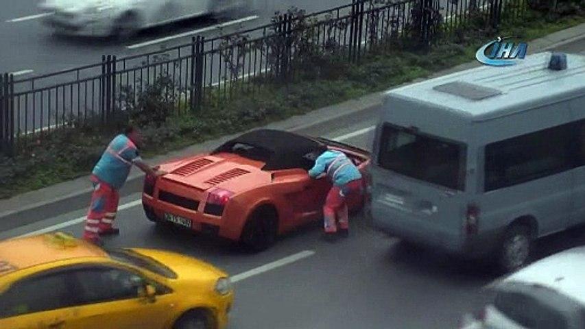 Arızalanan Lamborghini'yi belediye çalışanları itti