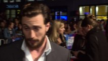 Outlaw King: Aaron Taylor-Johnson's Chris Pine bromance!