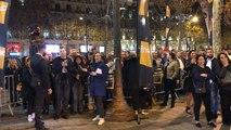 Vendredi, 00 h 01, les fans de Johnny entrent dans la Fnac des Champs-Élysées