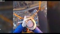 Il filme la vue de son travail : en haut d'un gratte ciel !