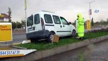 Direksiyon başında kalp krizi geçiren sürücünün kaza anı kamerada