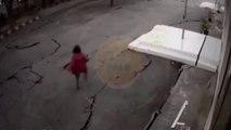 Elle se retrouve à marcher sur une route qui se fissure pendant un séisme !
