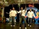 ah ah ah là c'est a la soirée de Noel Catholique s'était spécial!soirée indienne!Pour une association, avec Patrice, Steve,Benny, et Lionnel qui dansent!merci les garçons pour cette belle soirée jvous adoreuuhh!!Patrice t'as trop la classe dessus lol!t'as assuré!