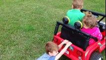 Le petit garçon s'accroche pendant que de minuscules amis roulent à toute allure sur les roues motrices