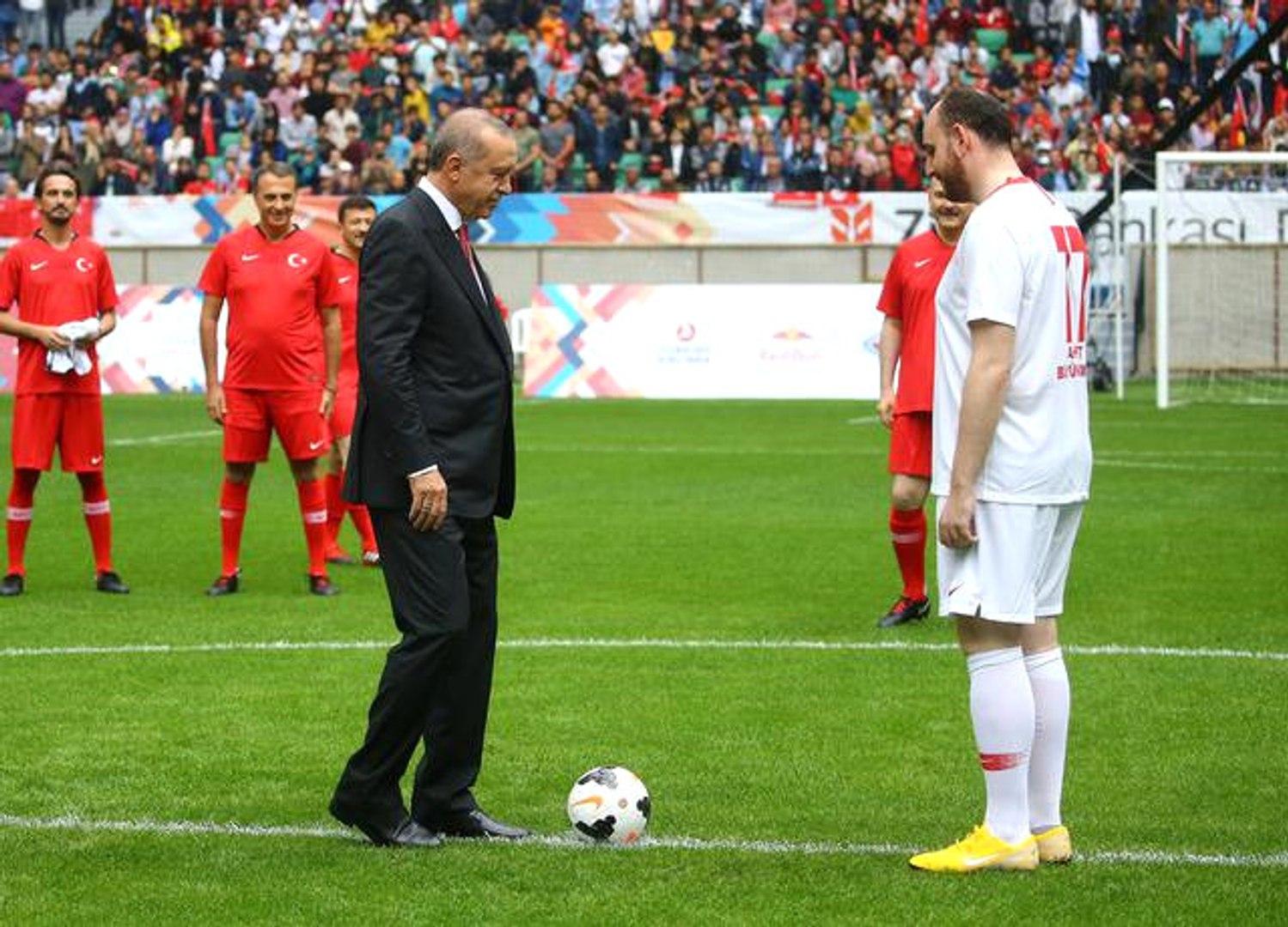 Şöhretler Karması Maçında Başlama Vuruşunu Recep Tayyip Erdoğan Yaptı, Karşılaşma 5-3 Sona Erdi