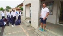 Un entraîneur sermonne des jeunes joueurs de foot en retard
