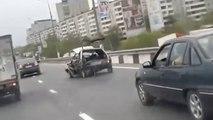 Tranquille, il roule avec une voiture accidentée totalement défoncée !