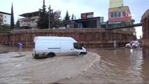Alt Geçit Çalışmalarının Durdurulduğu Bölgeyi Yağmur Vurdu... Yollar Göle Döndü