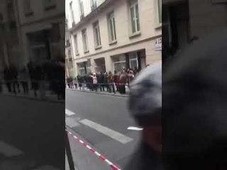Em Paris, brasileiros gritam 'ele não' na fila de seção eleitoral