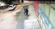 Deux femmes rigolent dans la rue et se font avaler par la Terre