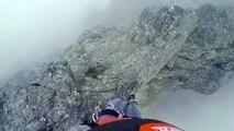 L'énorme frayeur d'un homme qui marche sur la crête d'une montagne !
