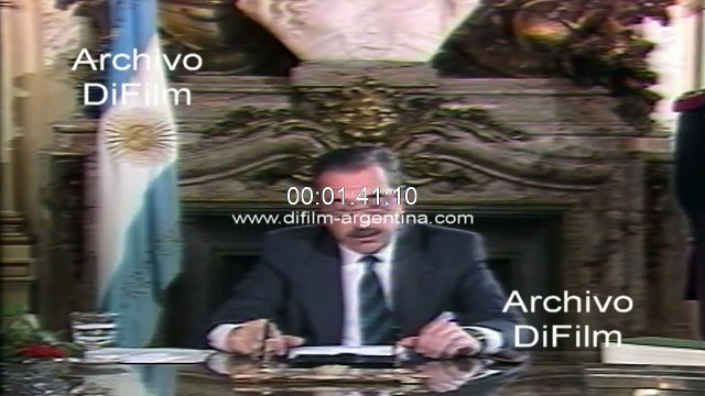 Raul Alfonsin announces the delivery of his presidency in 1989