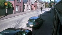 Un parachutiste se rate et atterrit comme il peut dans une rue d'un petit village