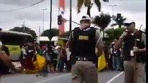 """Ué! Cade a resistência? Cenas lindas da """"resistência""""tomando  borrachada e gás na cara na porta da UFMG."""