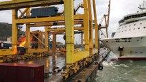 Un ferry fait basculer une grue dans le port de Barcelone (Espagne)