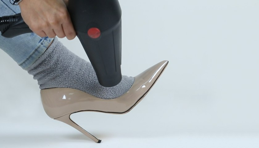 3 حيل لتوسيع الحذاء الضيّق وانتعاله من دون ألم
