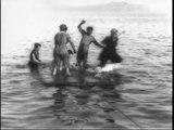 Auguste & Louis Lumière: Radeau avec baigneurs (1897)