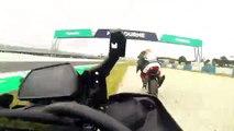 Un pilote de moto percute un oiseau