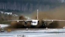 Un avion décolle sur une piste recouverte de 20cm de Boue !! Terrifiant