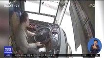기사 승객 몸싸움하다 버스 추락…15명 숨져
