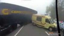 Les images incroyables d'un policier qui se fait éjecter par une ambulance percutée par un camion !