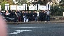 Les 52 licenciés de l'imprimerie FOI devant la sous-préfecture de Lisieux
