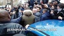 """EXCLU - Les images de Cyril Hanouna interpellé par des ambulanciers en grève devant le studio de """"Touche pas à mon poste"""""""