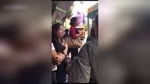 Cette femme se muscle la bouche à un arret de bus... Tellement bizarre