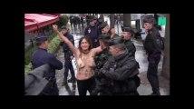 Des Femen forcent la sécurité au passage de la voiture de Trump sur les Champs-Élysées
